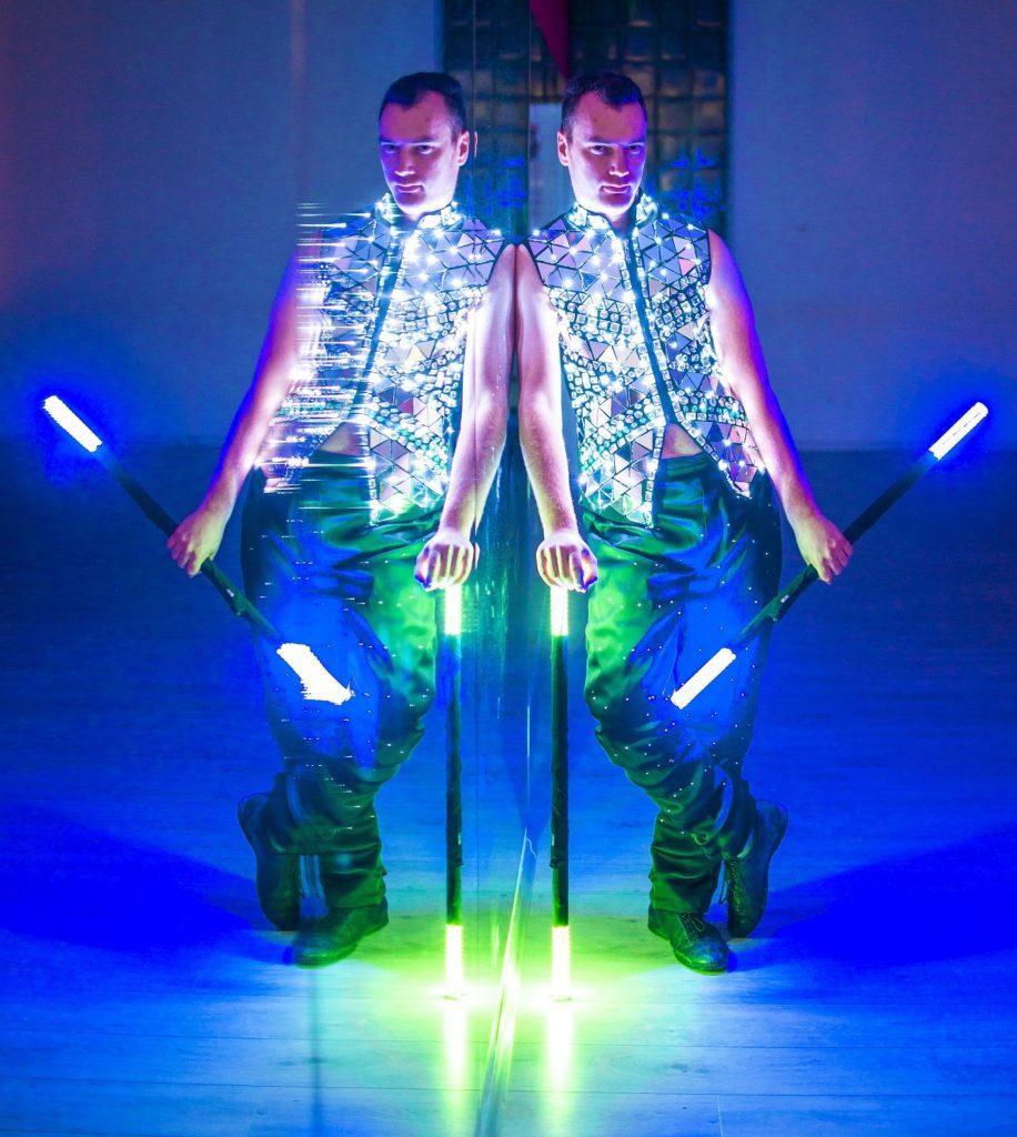 светлинно шоу със светещи костюми