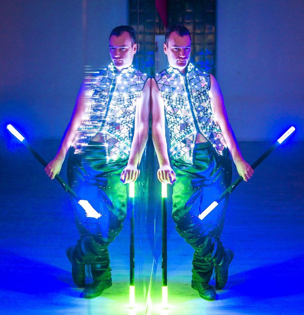 шоу със светещи костюми