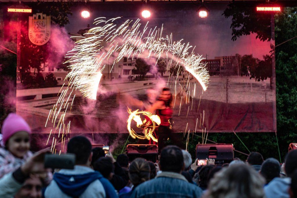 шоу с огън за празника на град
